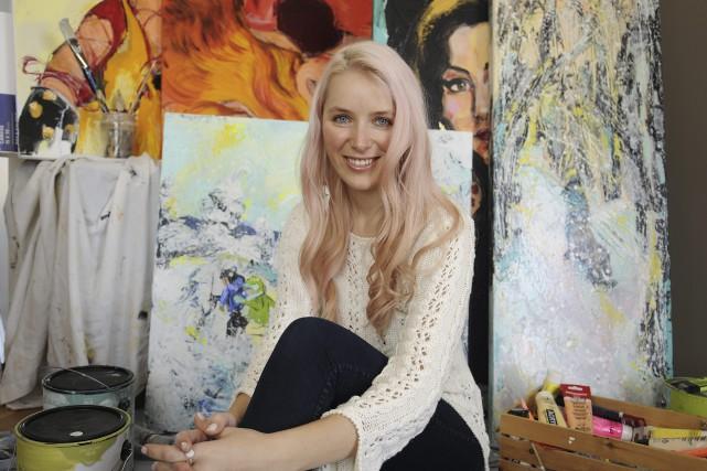 Anne-Laurence Grenier, qui peint sous le nom d'artiste... (Photo Le Progrès-Dimanche, Mariane L. St-Gelais)