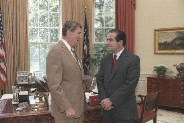 Le juge Antonin Scalia en conversation avec le... (Photo Maison-Blanche/archives Reuters)