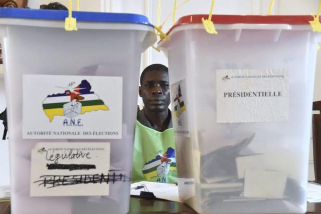 Unagent des bulletins de vote attend les électeurs... (PHOTO ISSOUF SANOGO, AFP)