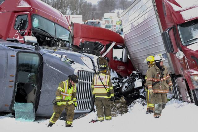 Selon les enquêteurs, les rafales de neige auraient... (PHOTO AP)