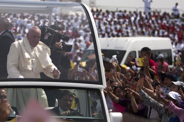 Devant une foule très fervente, le pape François... (PHOTO AFP)