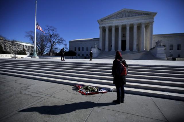 Le drapeau américain était en berne devant laCour... (PHOTO REUTERS)