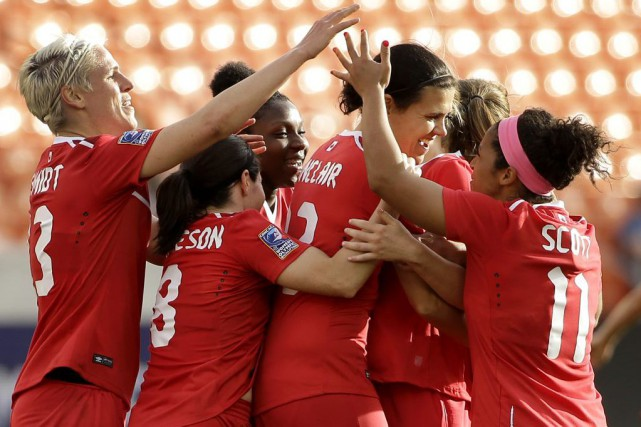Christine Sinclair, au centre, devance l'Américaine Mia Hamm au... (Photo David J. Phillip, AP)