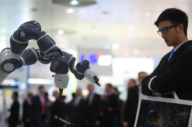 On compte plus de 200 000 robots industriels... (archives Associated Press)