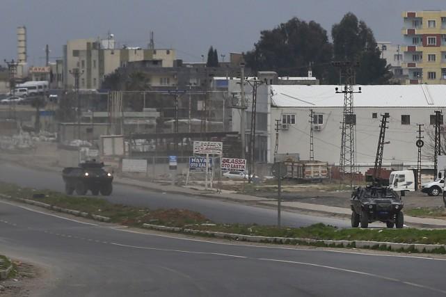 Les forces turques patrouillent la frontière turco-syrienne. La... (AP, Lefteris Pitarakis)