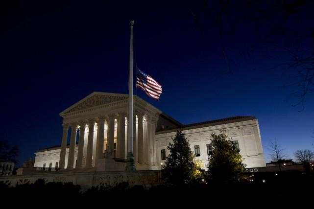 Le drapeau américain est en berne à la... (AFP, Brendan Smialowski)