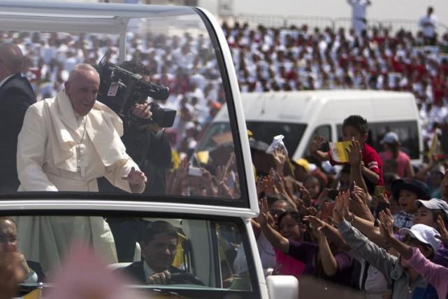 Devant une foule très fervente, le pape François... (AFP)