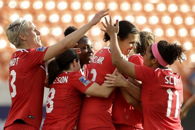 Christine Sinclair, au centre, devance l'Américaine Mia Hamm au... (David J. Phillip, AP)