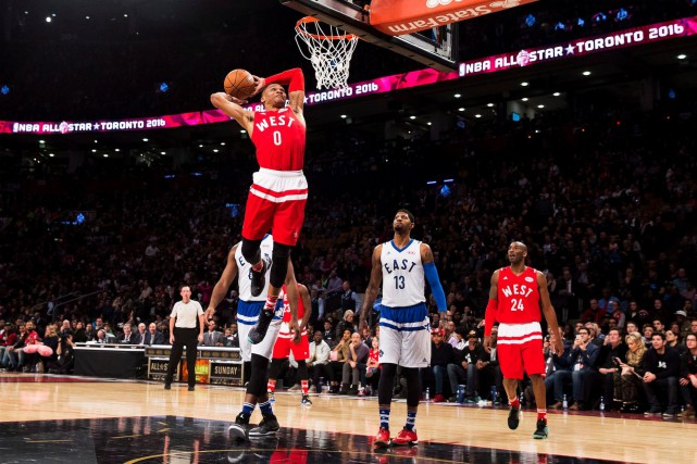 Russell Westbrook (au panier), de l'Association de l'Ouest,... (La Presse Canadienne, Mark Blinch)