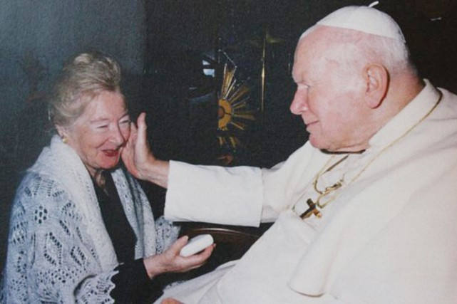 Le pape Jean-Paul II avec Anna-Teresa Tymieniecka, au Vatican,... (PHOTO BILL ET JADWINGA SMITH, BBC)