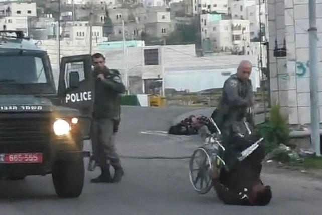 Les images d'un policier israélien renversant un Palestinien en chaise roulante... (Image tirée d'une vidéo)
