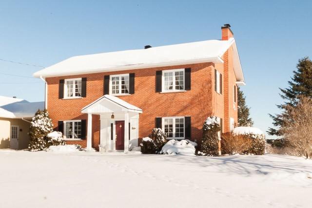 D'abord affichée à 874 500$, cette maison située... (PHOTO FOURNIE PAR LA COURTIÈRE)