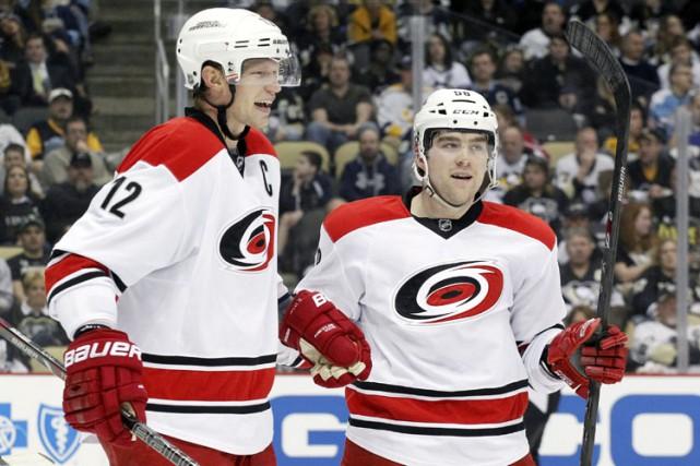 Le capitaine Eric Staal (à gauche) pourrait intéresser... (PHOTO REUTERS)
