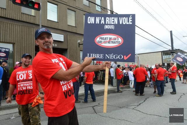 Les syndicats et la Ville de Sherbrooke manifestent... (Archives, La Tribune)