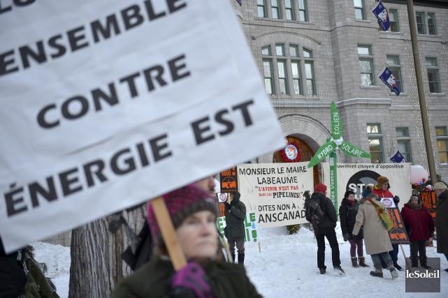 Une manifestation contre Énergie Est à Québec.... (PHOTO YAN DOUBLET, ARCHIVES LE SOLEIL)