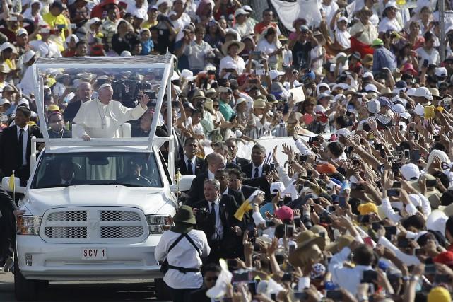 Le pape François a demandé lundi un «examen de conscience» sur le sort réservé... (Associated Press)