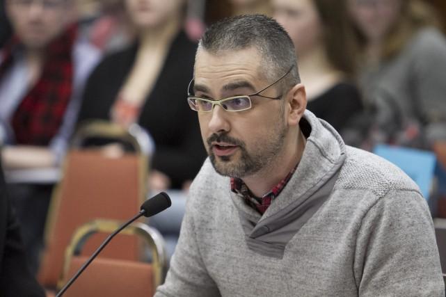 Flanqué de la directrice générale du Regroupement des... (Spectre Média, Frédéric Côté)