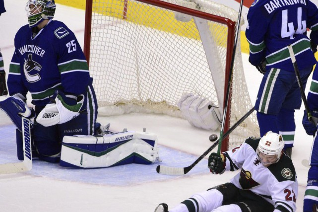 Nino Niederreiter (22) a marqué contre Jacob Markstrom... (Photo Anne-Marie Sorvin, USA Today)