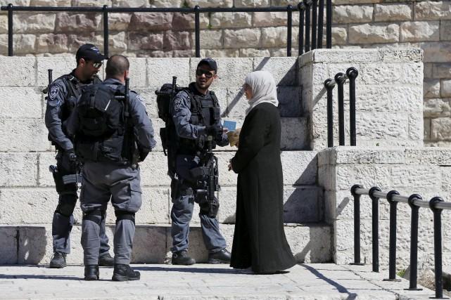 Des policiers patrouillent dans Jérusalem.... (Photo Ammar Awad, Reuters)