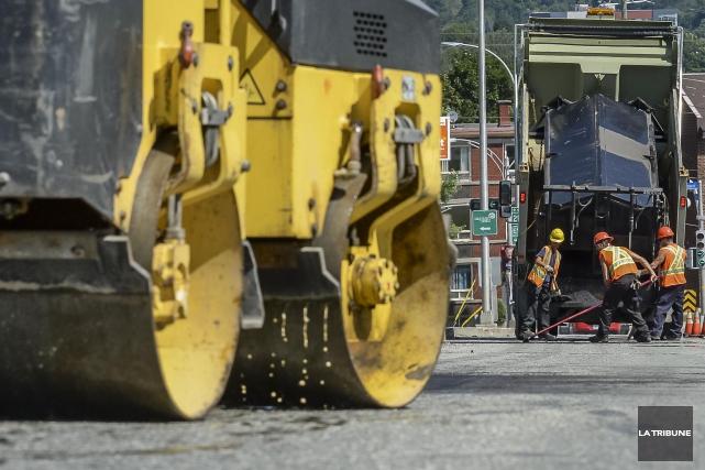 Plusieurs chantiers de réfection de rues et d'infrastructures débuteront dès ce... (Archives La Tribune, Frédéric Côté)