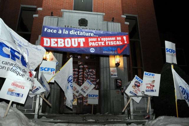 Près d'une centaine de syndiqués municipaux se sont présentés devant l'Hôtel de... (Photo collaboration spéciale Éric Beaupré)