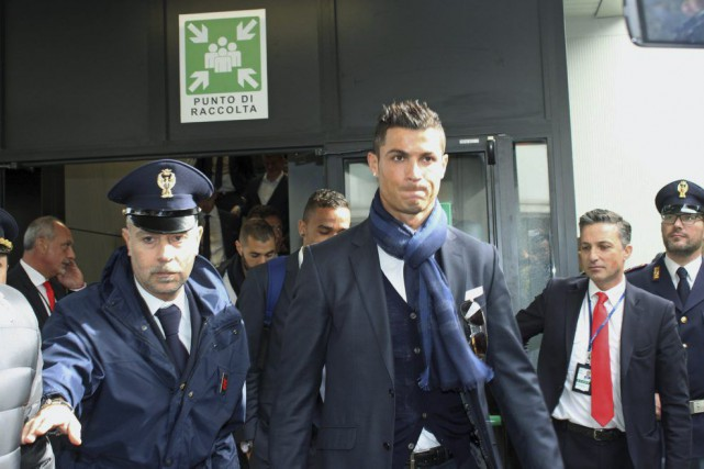 Cristiano Ronaldo à son arrivée à l'aéroport Fiumicino... (PHOTO AP)