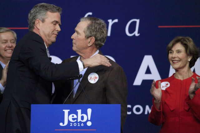 Jeb et George W. Bush se sont donné... (PHOTO REUTERS)