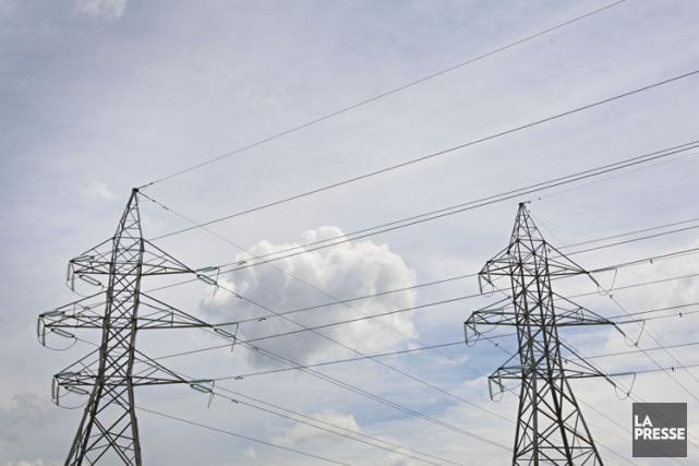 Des fils électriques reliant deux pylônes du réseau de transport à haute... (ARCHIVES LA PRESSE)