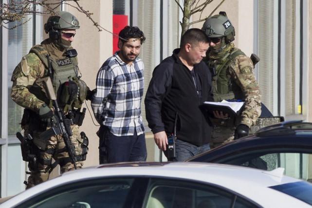 Un agent de l'équipe d'intervention d'urgence a escorté... (Photo La Presse Canadienne)