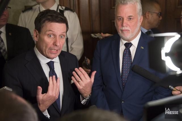 Le premier ministre Philippe Couillard à ses côtés,... (La Presse Canadienne, Jacques Boissinot)