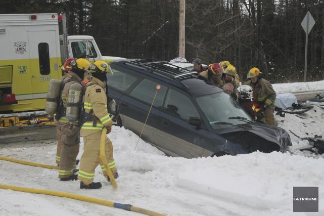 Les pompiers ont eu recours aux pinces de... (La Tribune, Ronald Martel)