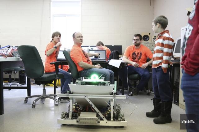 Une trentaine d'élèves de l'école Massey-Vanier travaillent fort... (Julie Catudal, La Voix de l'Est)