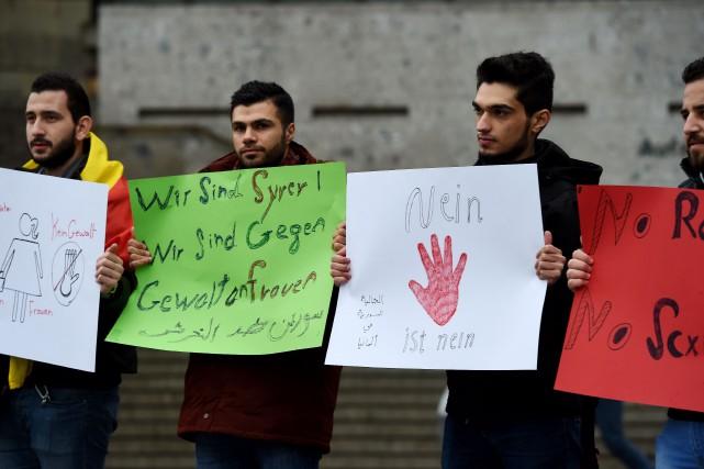 À l'instar de ces Syriens qui ont manifesté... (PhotoPATRIK STOLLARZ, Agence France-Presse)