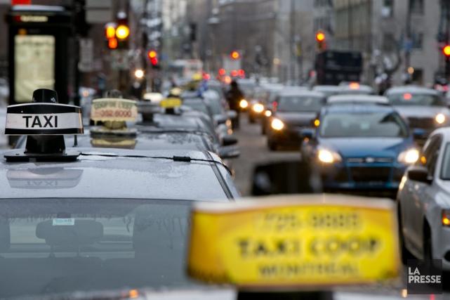 Les chauffeurs de taxi occupent les places de... (PHOTO DAVID BOILY, LA PRESSE)