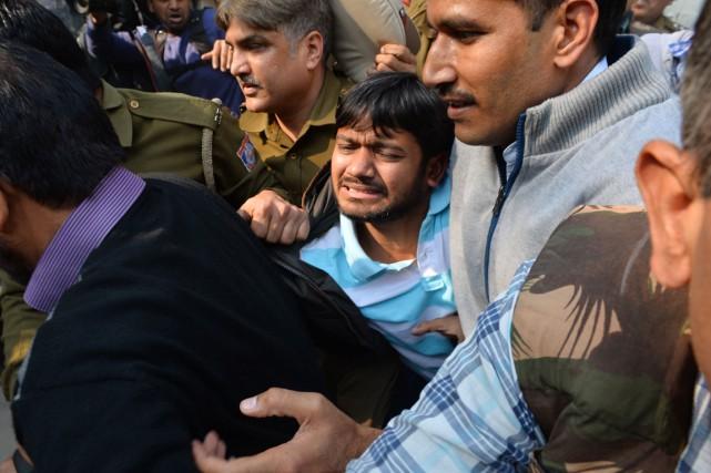 Kanhaiya Kumar est escorté par des policiers lors... (PHOTO CHANDAN KHANNA, AFP)