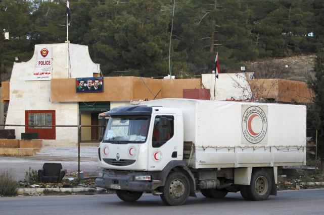 Un convoi du Croissant-Rouge syrien se dirige vers... (PHOTO OMAR SANADIKI, REUTERS)