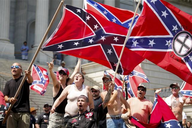 Des membres du Ku Klux Klan crient, gesticulent... (PHOTO CHRIS KEANE, REUTERS)