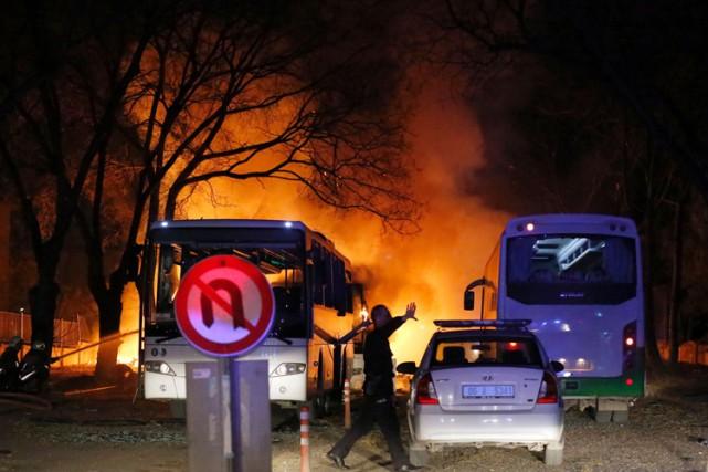 De nombreuses ambulances et des véhicules de pompiers... (PHOTO AFP)