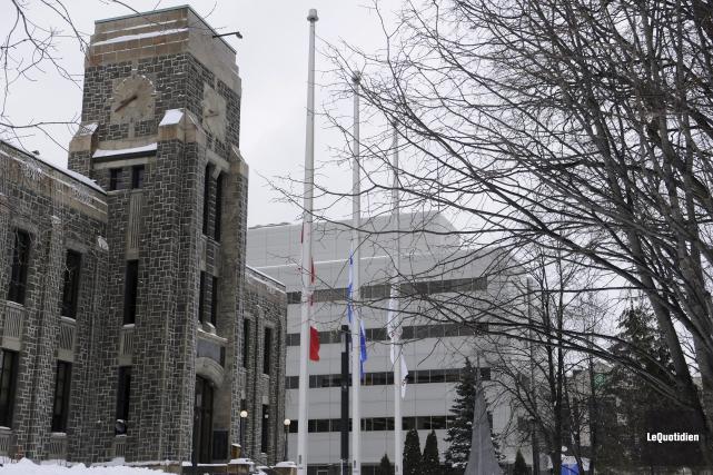 Les drapeaux sont en berne devant l'hôtel de... (Photo Le Quotidien, Mariane L. St-Gelais)