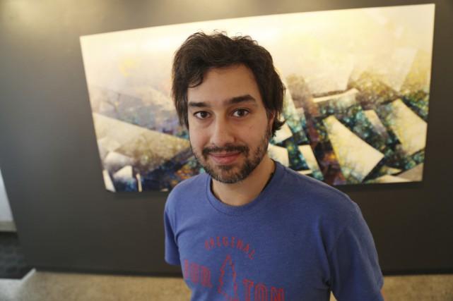 Étienne Saint-Amant devant l'une des 16 oeuvres qu'il... (Janick Marois)