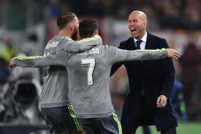Cristiano Ronaldo célèbre son but avec son entraîneur-chefZinédine... (AFP)