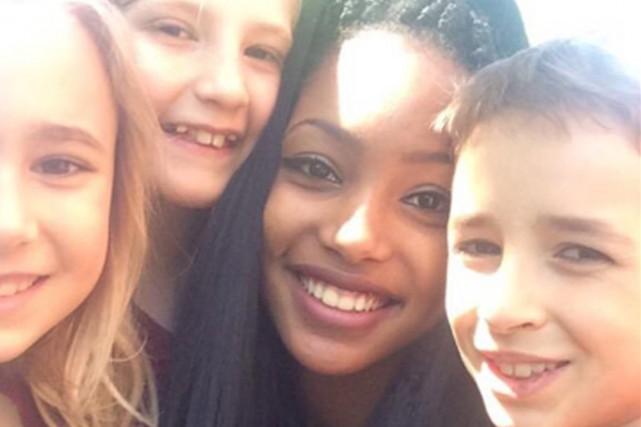 Le gazouillis montrant une jeune femme noire avec... (PHOTO TIRÉE DE TWITTER)