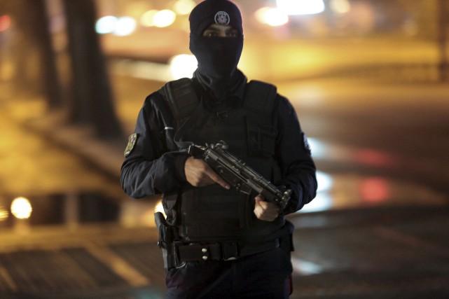 Un policier montait la garde près du site... (Associated Press, Burhan Ozbilici)