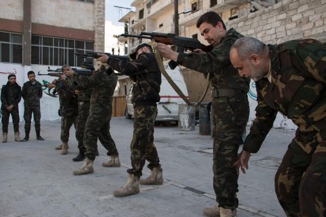 Des combattants rebelles s'entraînent dans un secteur d'Alep,... (PHOTO  KARAM AL-MASRI, ARCHIVES AFP)