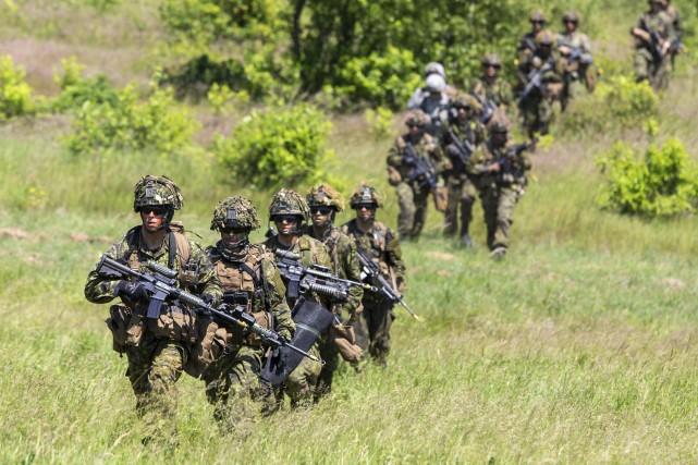 Le ministre de la Défense a écarté la possibilité de réduire les effectifs de... (PHOTO ARCHIVES REUTERS)
