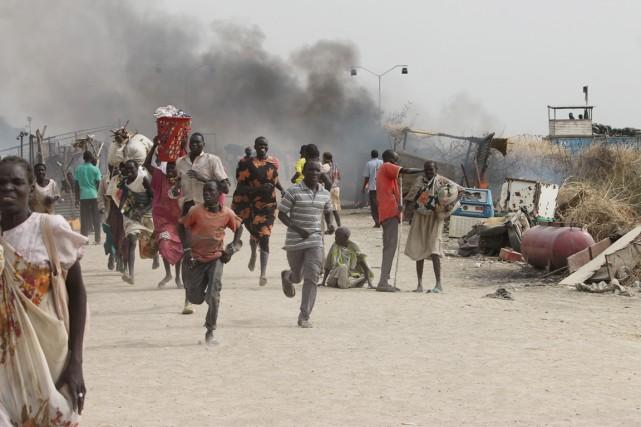 Des réfugiés fuient les combats qui se déroulentdans... (PHOTO JUSTIN LYNCH, AFP)