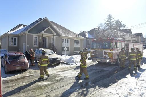 Un incendie à causé pour environ 50 000 $ de dommages sur la rue Louis-Beaupré... (Spectre Média, Maxime Picard)