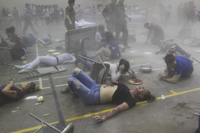 Une explosion retentit. À travers l'épais nuage de fumée, des corps... (Spectre Média René Marquis)