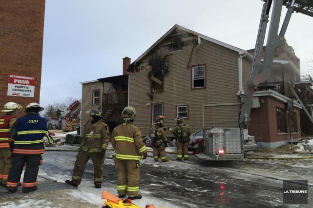 Une vingtaine de pompiers ont travaillé à éteindre... (La Tribune, René-Charles Quirion)