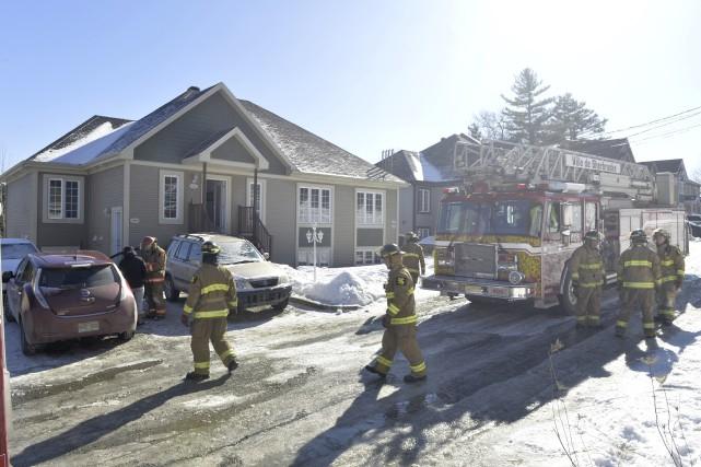 Un incendie a causé pour environ 50 000 $ de dommages sur la rue Louis-Beaupré... (Spectre Média, Maxime Picard)